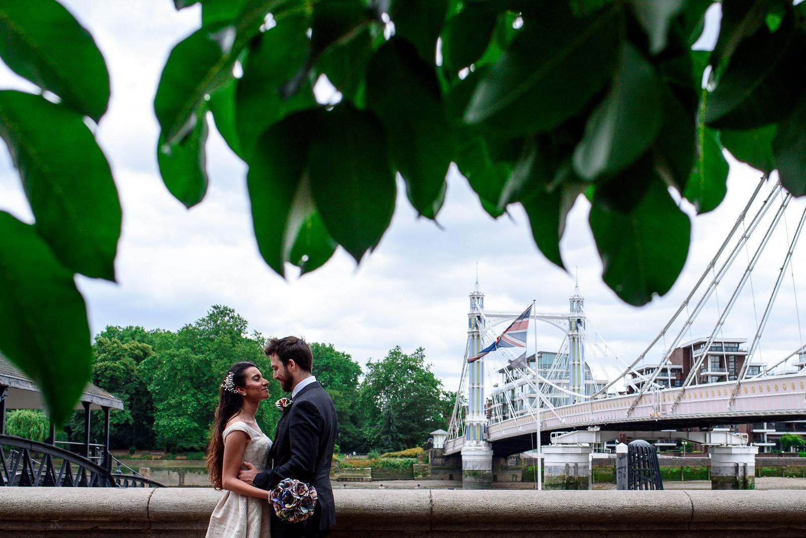 couple photo shoot on Albert Bridge in London