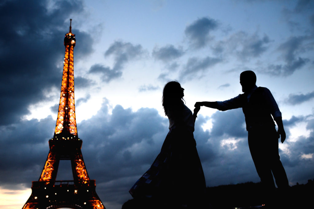 night shot with twinkling Eiffel tower couple photo shoot in paris